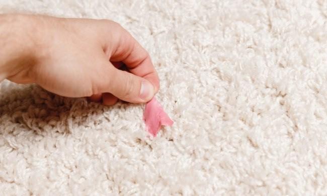 жвачка на светлом ковре