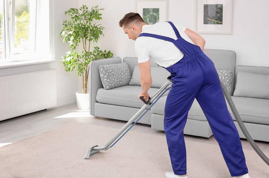 работник чистит ковер
