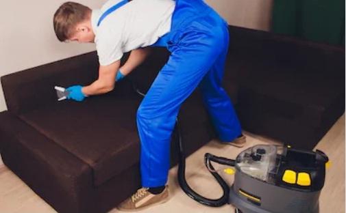 мастер чистит диван