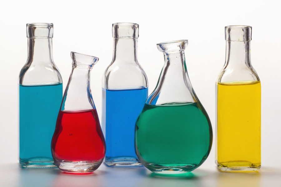 средства для очистки в бутылках