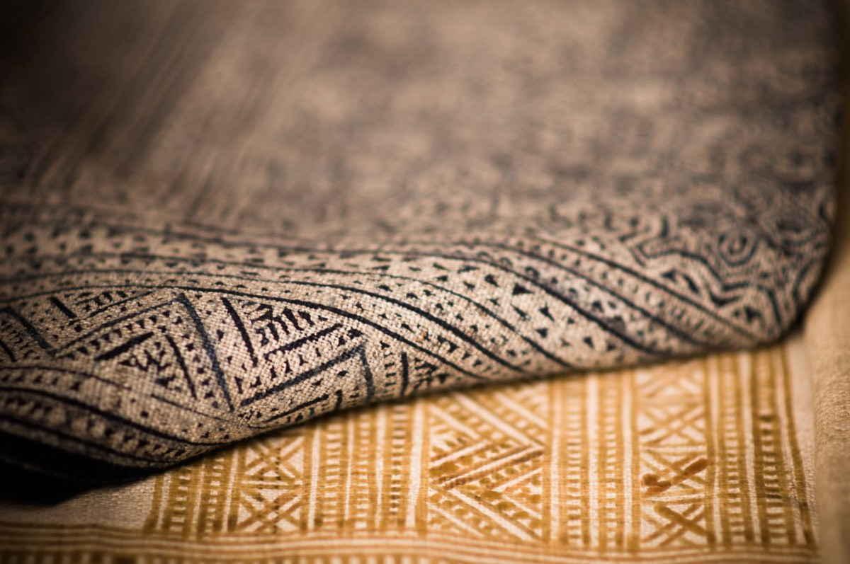 завернутый угол коврового покрытия