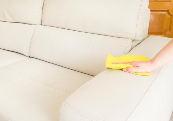 Протираем кожаный диван