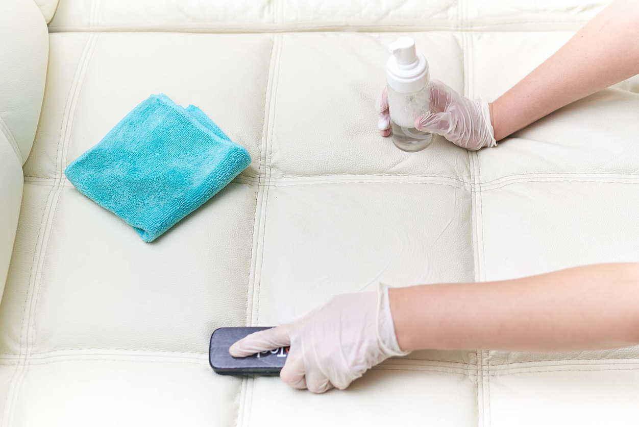 щеткой чистят диван