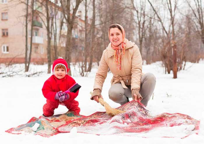 Чистим ковер снегом